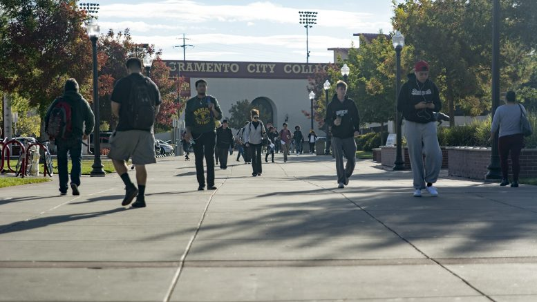 City College students walking through campus Thursday. Jason Pierce | Photo Editor | jpierce.express@gmail.com